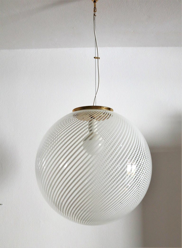 Murano Glass and Brass Globe Pendant Lamp In Good Condition For Sale In Clivio, Varese