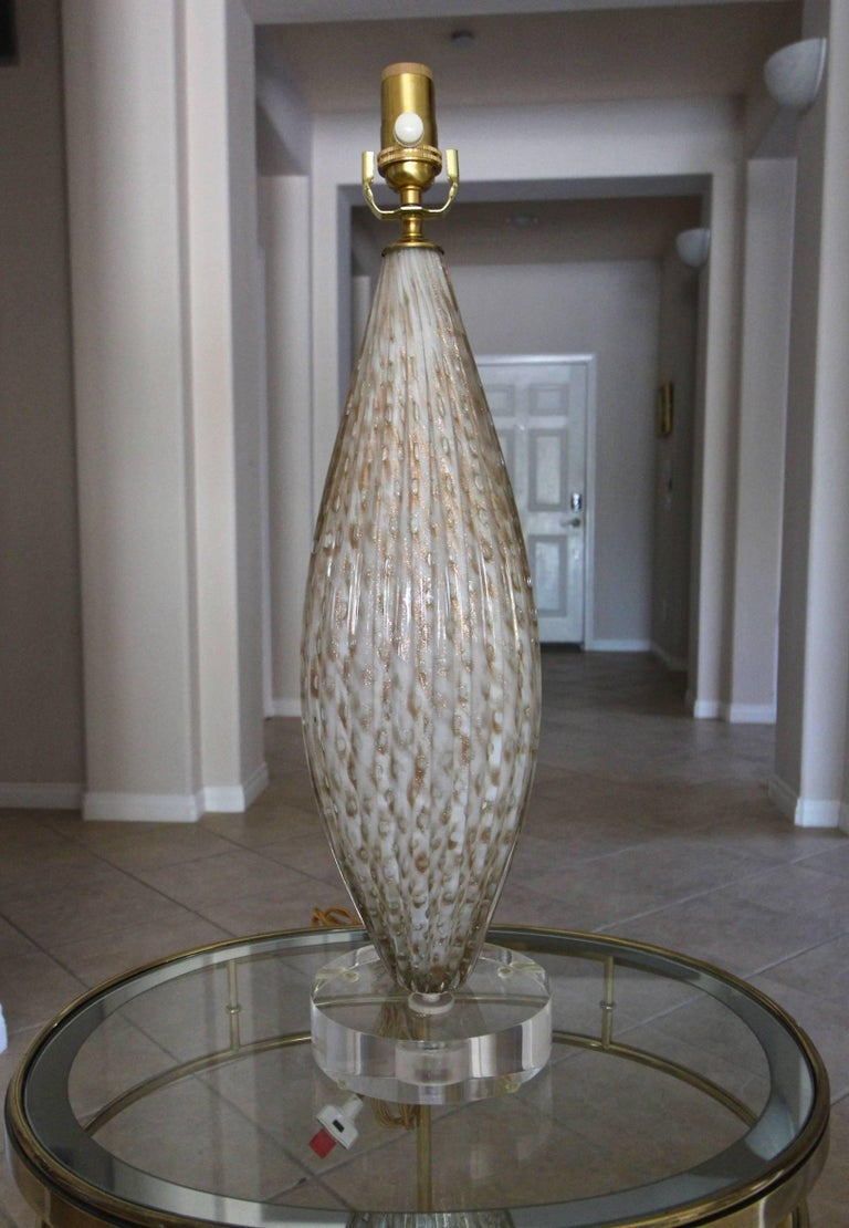 Murano Oval Glass White Aventurine Table Lamp In Good Condition For Sale In Palm Springs, CA