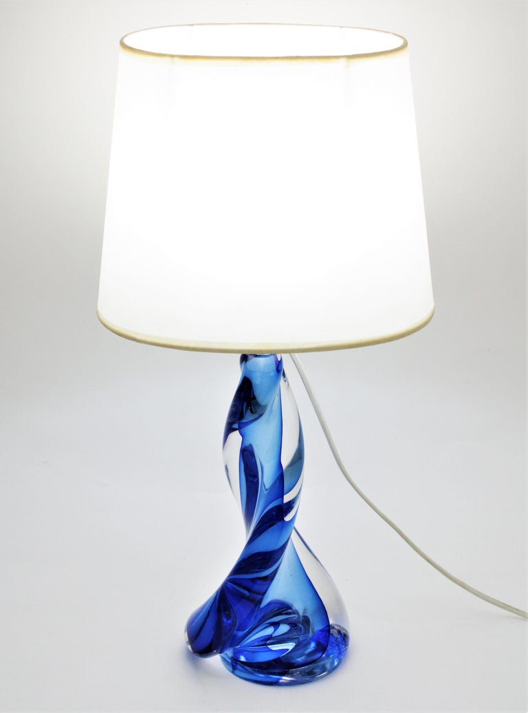 Mid-Century Modern Murano Seguso Vetri d'Arte Sommerso Blue and Clear Glass Twisted Table Lamp For Sale