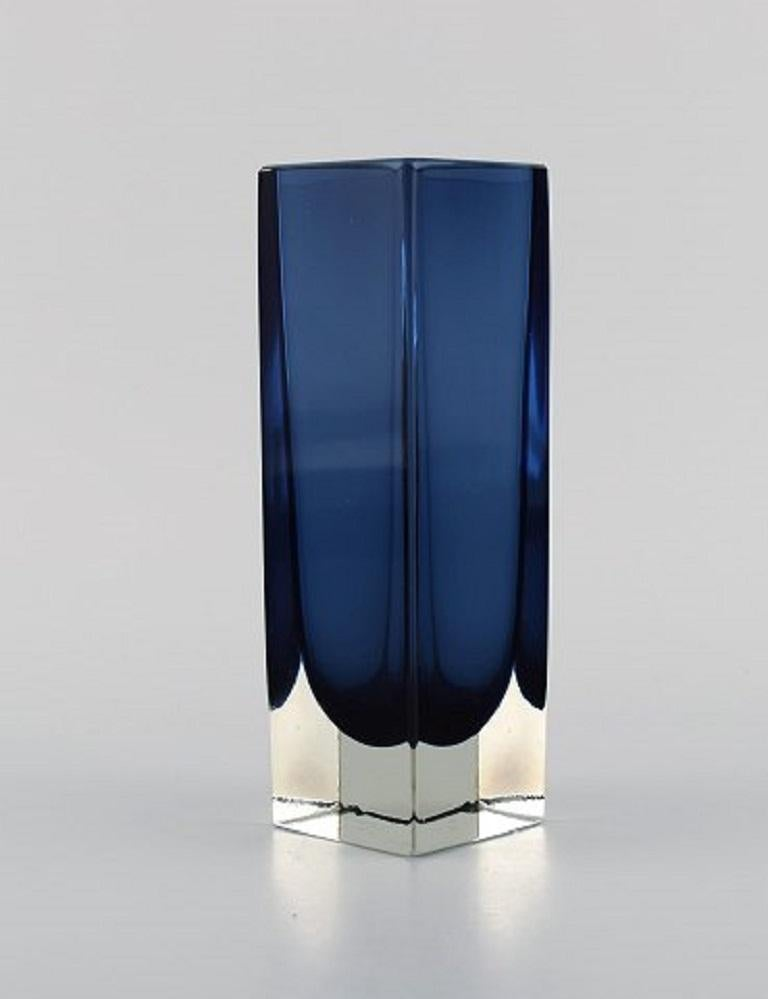 Murano vase in mouth-blown art glass, Italian design, 1960s. Measures: 17 x 5.5 cm. In excellent condition.
