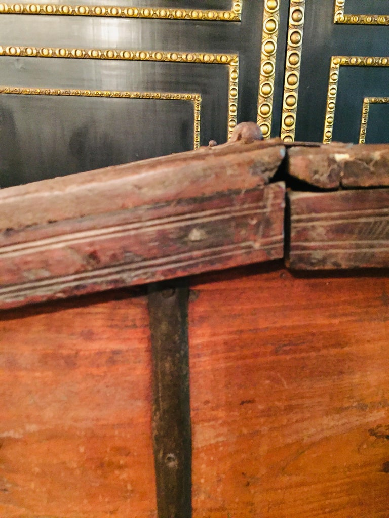 Museale Antique Flat-Top Chest, circa 16th-17th Century For Sale 5