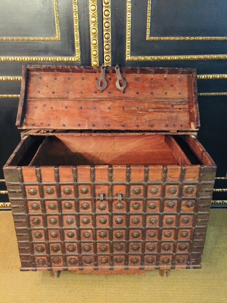Museale Antique Flat-Top Chest, circa 16th-17th Century In Good Condition For Sale In Berlin, DE