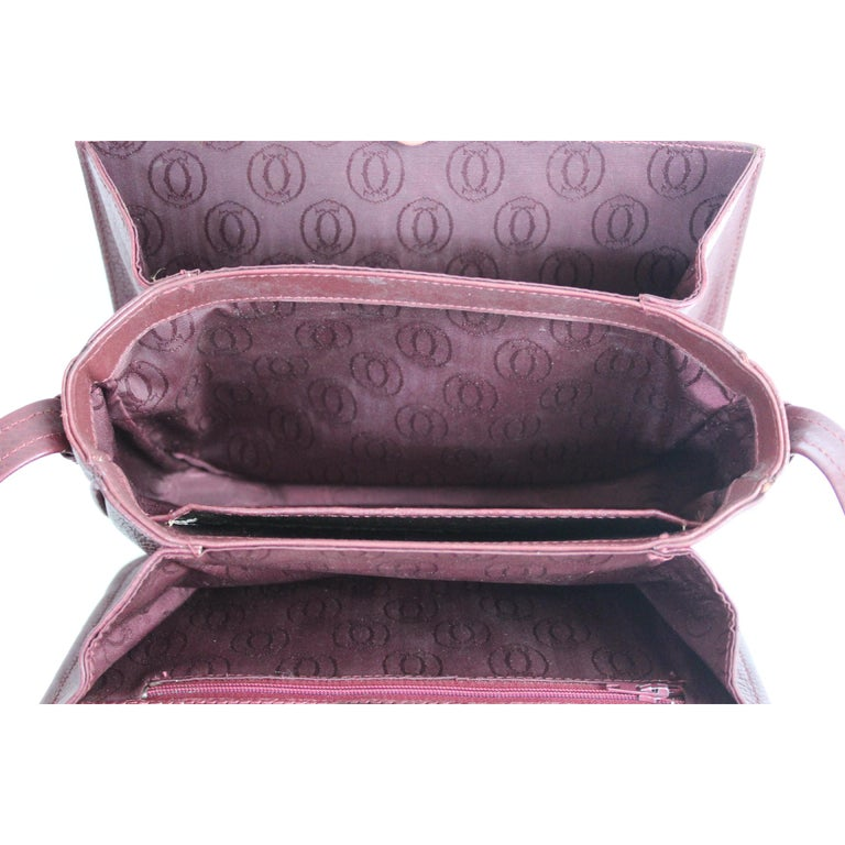 Must de Cartier vintage shoulder bag, burgundy color, 100% hammered leather. Adjustable shoulder strap, 3 compartments inside with dividers. 80s. Made in Italy. Very good vintage condition, some signs of use on the edges, excellent interior.