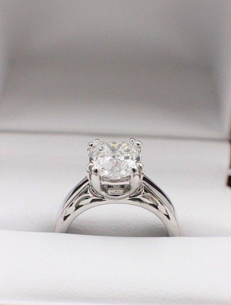 Na Hoku Cushion Cut Diamond Engagement Ring 1.97 Carat F VVS1 18 Karat Gold For Sale 1