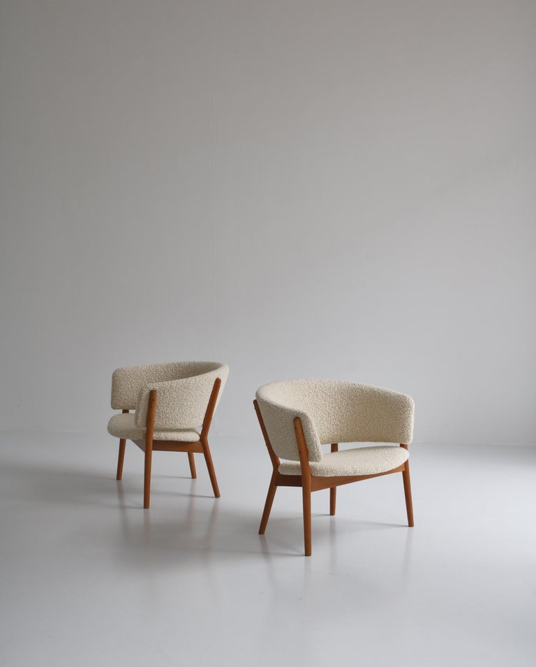 Wonderful set of lounge by Danish designer Nanna Ditzel from the early production at cabinetmaker Søren Willadsen, Denmark in the 1950s. The structure of the chairs is made entirely of solid oak. Each sculpted leg is made of a single piece of timber