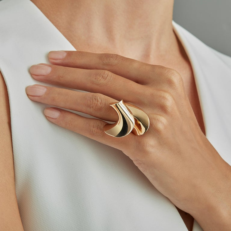 Sculpture ring in 18 karat rosé gold, a warm, sophisticated color close to yellow gold, from Rivages, a small series of four limited edition rings, drawing on memories of past travels to conjure up the sea. On the shores of beaches familiar and