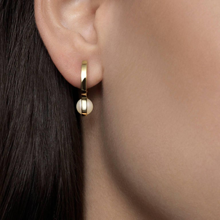 Nathalie Jean Contemporary Pearl 18 Karat Yellow Gold Hoop Earrings In New Condition For Sale In Milan, Lombardia