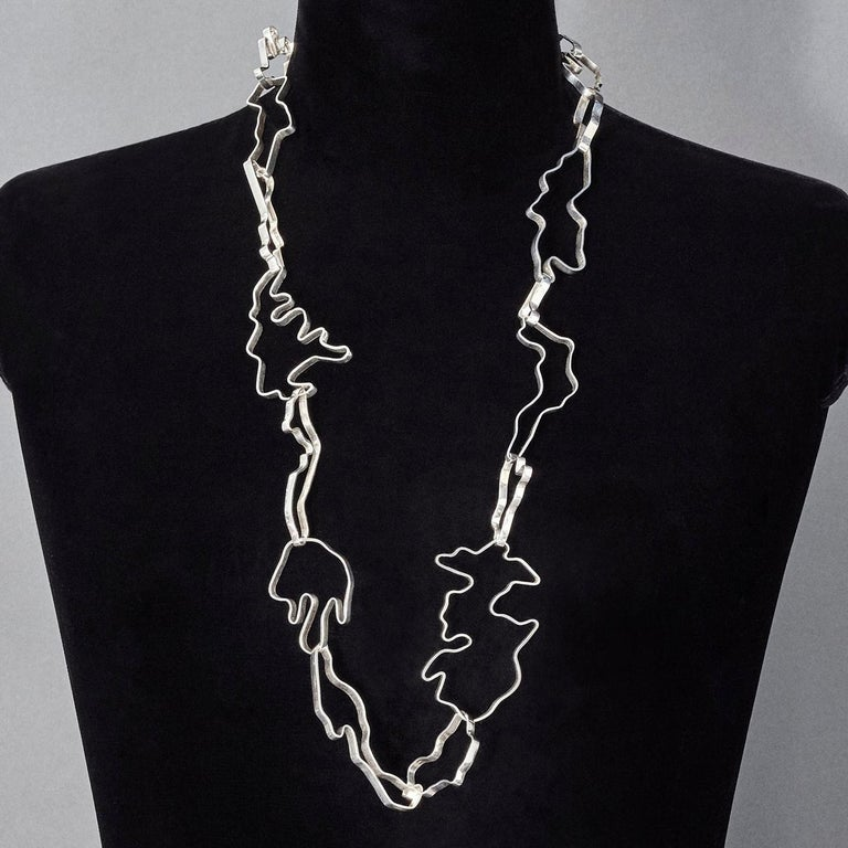Made by hand in Nathalie Jean's Milan atelier in limited edition, the Informe Medium Chain link necklace is composed of 19 elements in polished sterling silver ribbon. Evoking by turns the gracious contemporary morphology of organic molecules or the