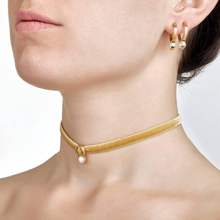 Realized by hand in Nathalie Jean's atelier, Nakkar Choker pays homage to the pearl, a symbol of divinity, royalty and luxury that has fascinated and inspired since the dawn of time. A simple 18 karat gold band encircles the precious sphere and
