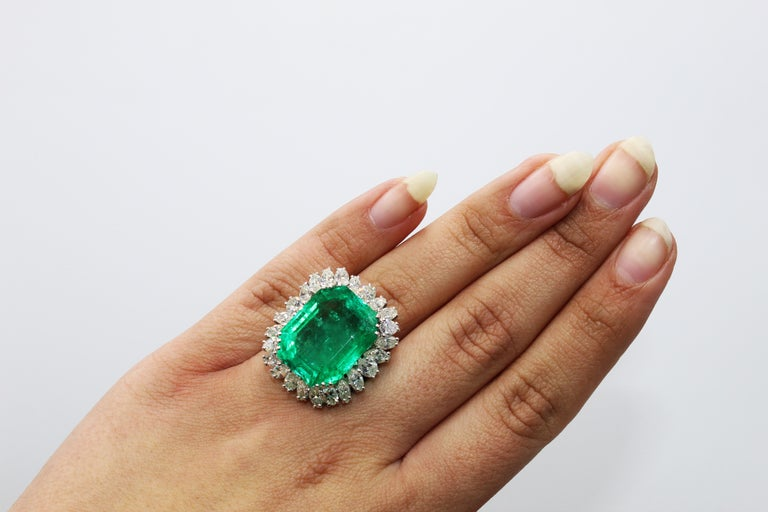 Natural 25 Carat Colombian Emerald Diamond White Gold Ring In Excellent Condition For Sale In New York, NY