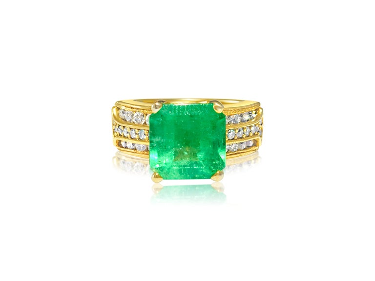 Women's or Men's Natural 6.00 Carat Colombian Emerald and Diamond Ring For Sale