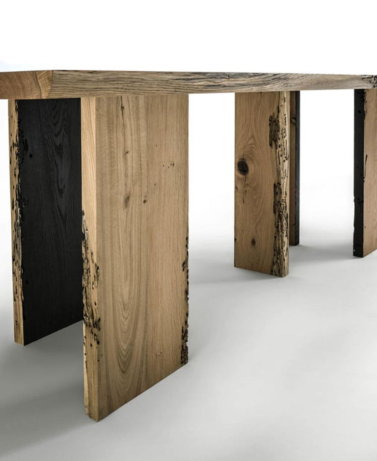 Natural and Burnt Oak Raw Dining Table In New Condition For Sale In Paris, FR