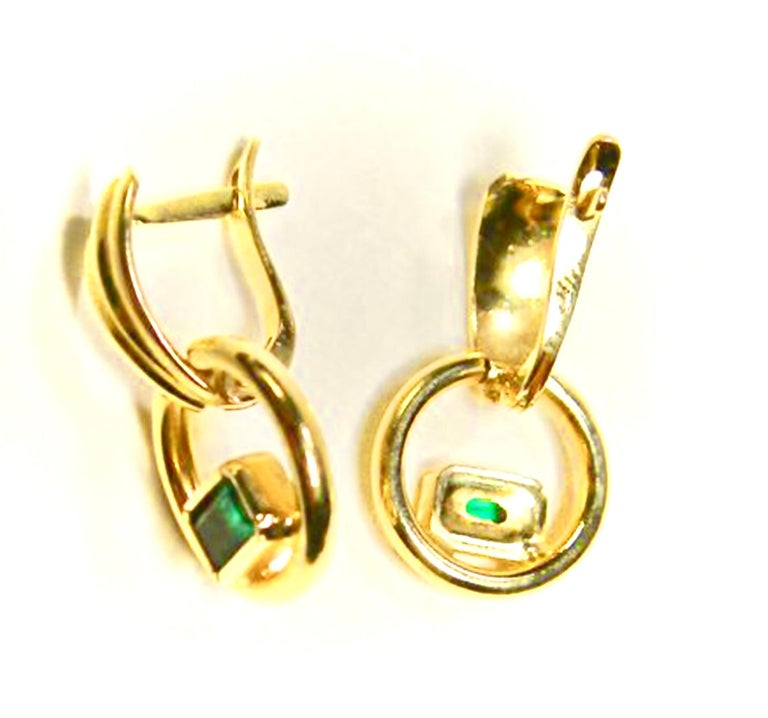 Contemporary Natural Colombian Emerald Dangle Earrings 18 Karat Gold For Sale