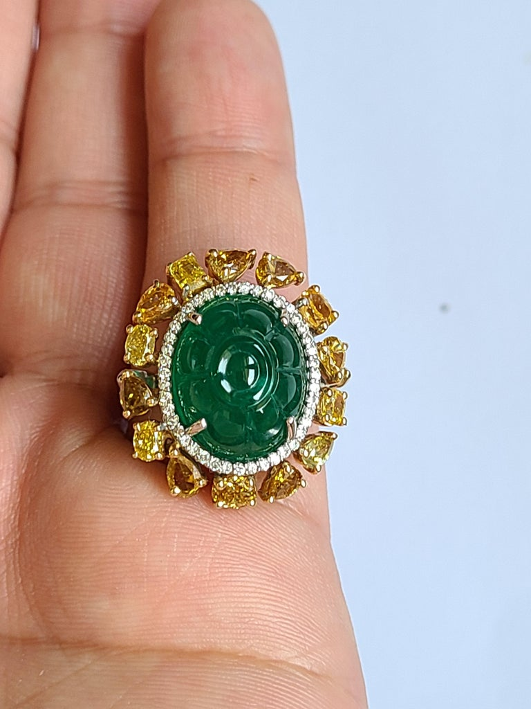 Natural Emerald 10.20 Carat Ring Set in 18 Karat Gold with Fancy Color Diamond In New Condition For Sale In Hong Kong, HK