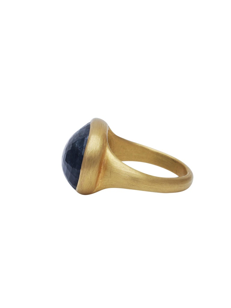 Contemporary Natural Sapphire Ring Handcrafted in 22 Karat Gold For Sale