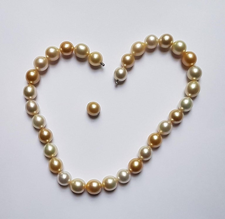 Natural South Sea Pearl Necklace in Shades of Cream and Gold In New Condition For Sale In Berlin, DE