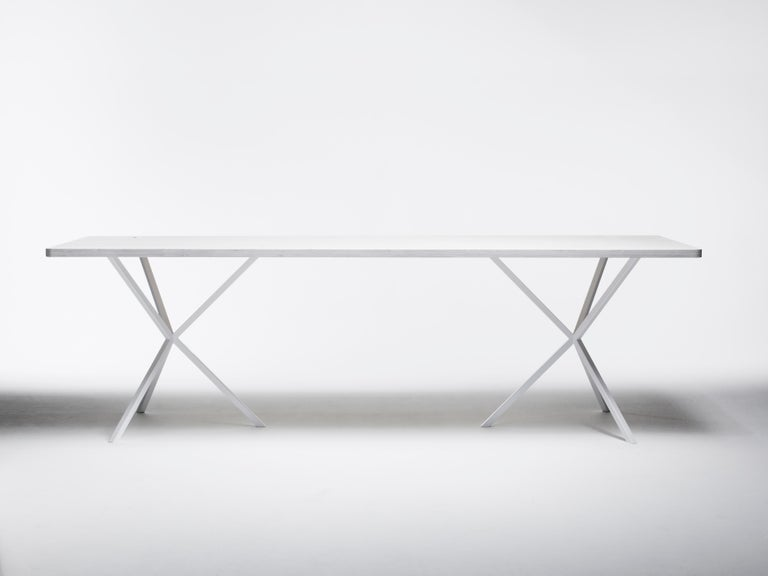 The contemporary Neb rectangular table has a wide range of applications; dining table at home, a work table at the office or a large conference table. 