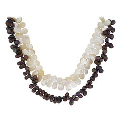 Necklace made of dark pearls and mother-of-pearl plates
