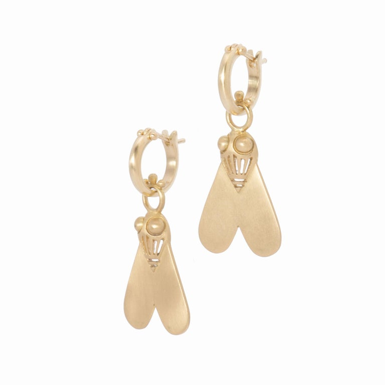 Queen Nefertiti was the first woman to wear this talisman, inspired by an ancient Egyptian amulet that was used to reward bravery. Hand crafted in 18k gold with our signature satin finish, Nefertiti's Fly Drop Earrings are a striking design, both