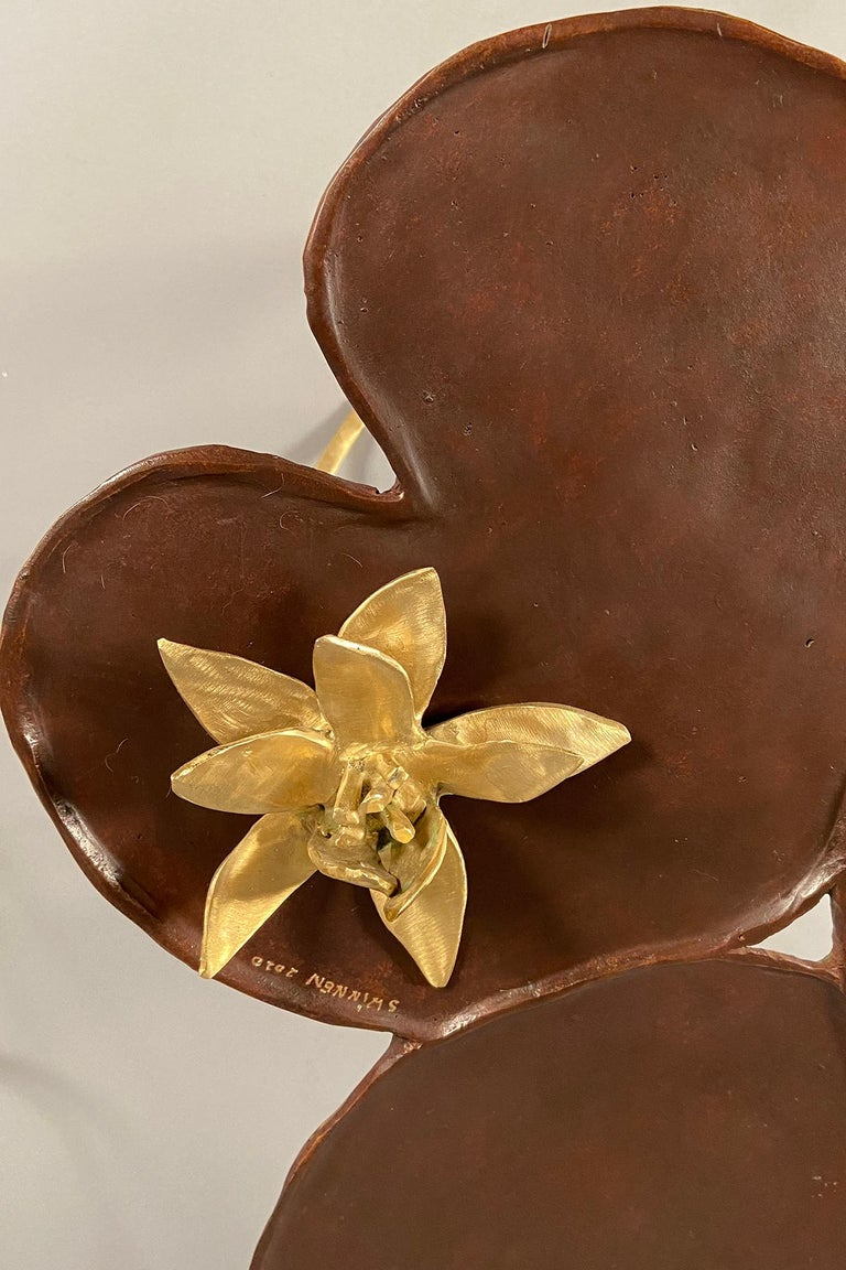 Sculptural side table in the shape of a lily pad (nenuphar) with a brown patina, raised on three polished bronze feet. The table comes with a loose bronze flower.