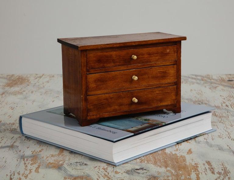 Veneer Neoclassical, Mahogany Miniature Cabinetmakers Sample Commode / Box, ca 1800 For Sale