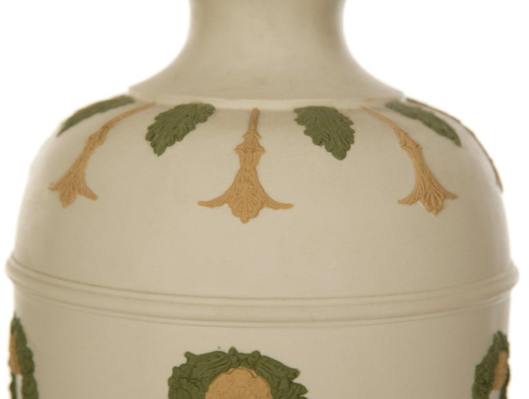 Neoclassical Revival Neoclassical Style Ceramic Table Lamp with Garlands For Sale
