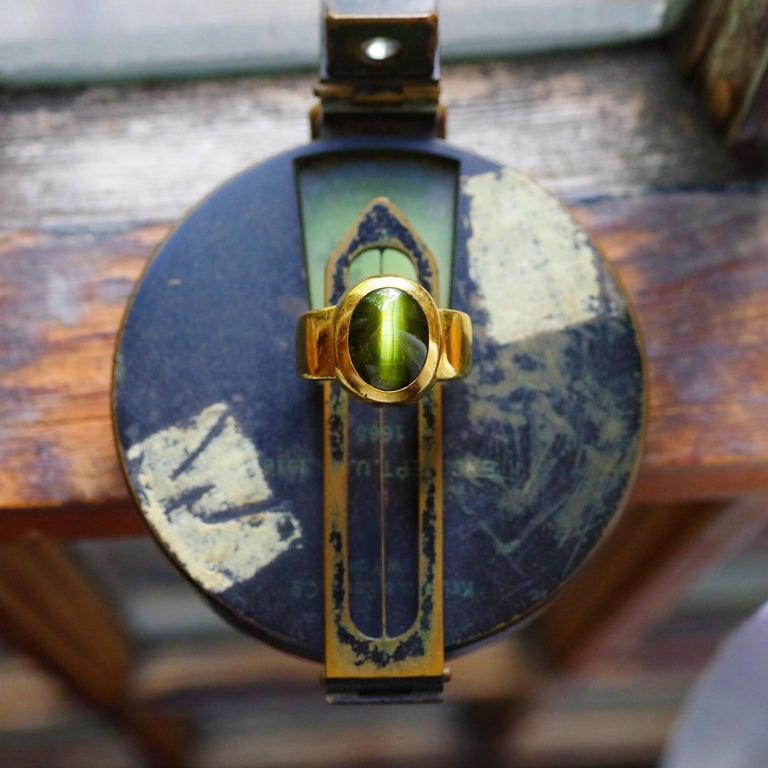 Men's Ring Rare Cat's Eye Chrysoberyl is Acid Green 11.5 Carat and 22 Karat Gold For Sale 10