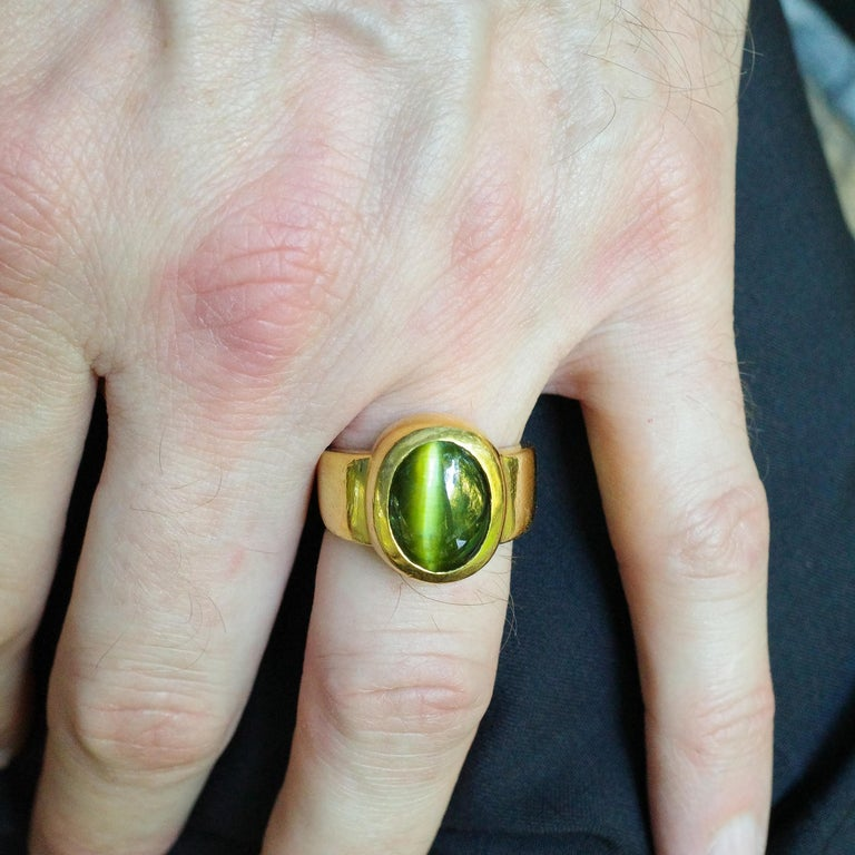Men's Ring Rare Cat's Eye Chrysoberyl is Acid Green 11.5 Carat and 22 Karat Gold For Sale 13