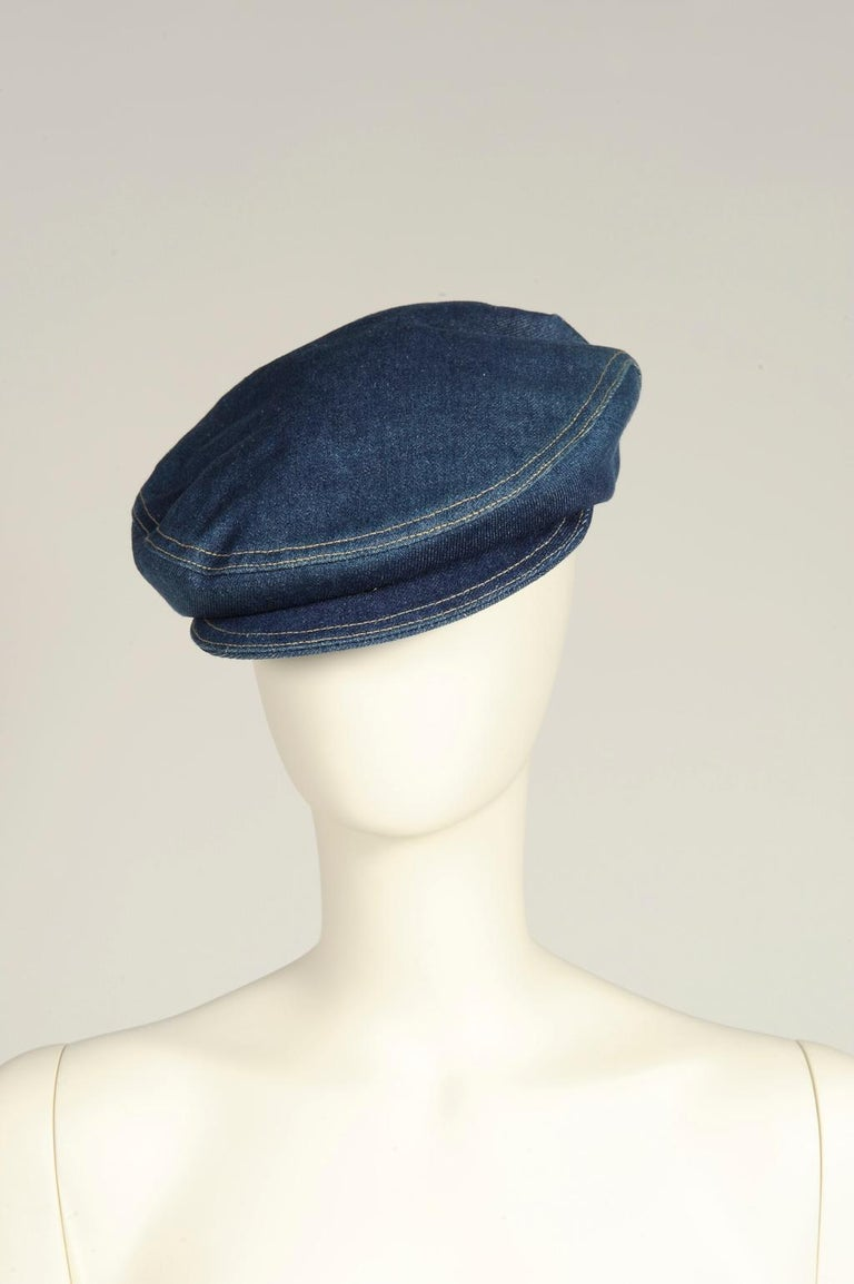 Already seen at the 1990 Fall-Winter collection (see picture 3), this Alaïa cap (in the beret spirit) is found throughout the iconic 1991 Spring-Summer