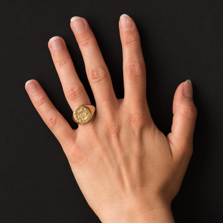 Signet ring in 18 karat yellow gold, eagle's head hallmark. A crowned and supported by lions blazon is engraved on the mounting of this men's signet ring realized in the spirit of the antique signet rings. Height: 15.2 mm, width: 13 mm, thickness: