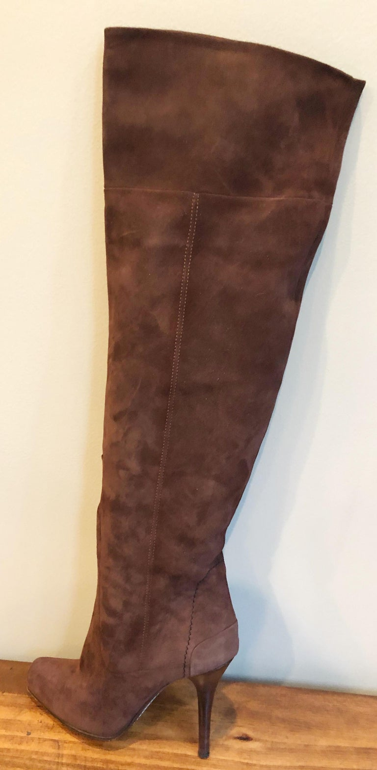Chic and timeless early 2000s never worn COSTUME NATIONAL Size 36 / US 6 brown suede high heel boots ! The perfect brown color that goes with anything. Great with jeans, a skirt, a dress, or trosuers.  In great unworn condition Made in Italy Marked