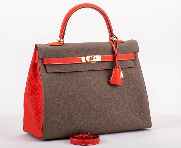 Hermès 35 cm Kelly horse shoe edition in etoupe and rouge pivoine togo leather, Gold tone hardware. Handle drop, 3.75
