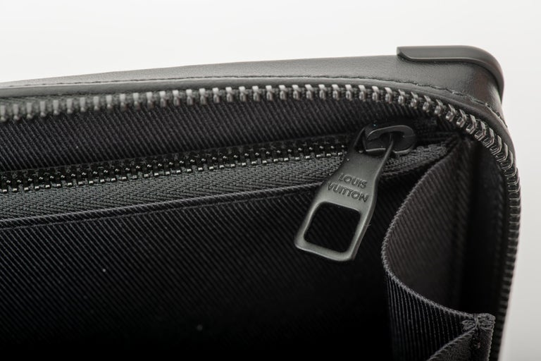 New in Box Louis Vuitton Runway SS 2020 Velvet Clutch Bag For Sale 5