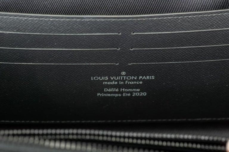 New in Box Louis Vuitton Runway SS 2020 Velvet Clutch Bag For Sale 4