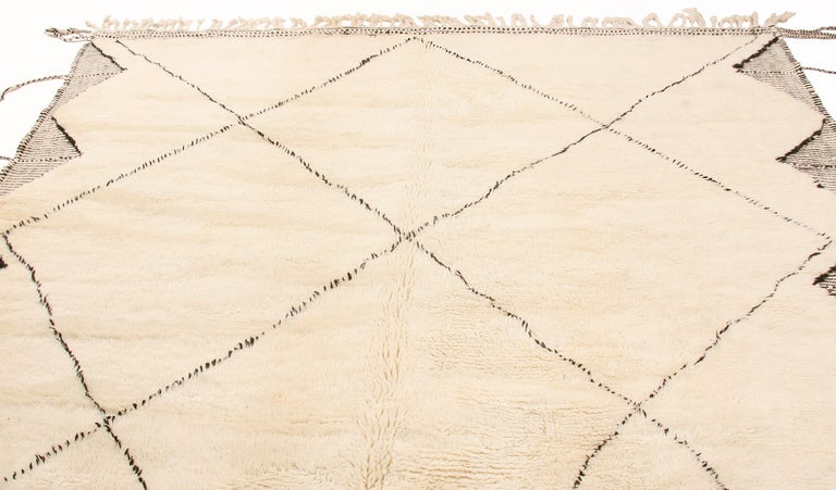 New Moroccan White and Black Wool Rug with Pile  In New Condition For Sale In New York, NY