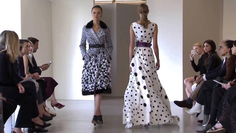 New Oscar De La Renta White Polka Dot Silk Crepe Tiered Skirt Dress Gown size 4 In New Condition For Sale In Montgomery, TX