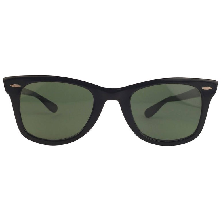 The first and super Rare 1960's Wayfarer with thinner and elongated temples .  Bausch and Lomb USA Made. G15 grey lenses. Straight out of the 1960's, This item show minor sign of wear on frame and lenses due to storage. Original Ray Ban 1960 case.