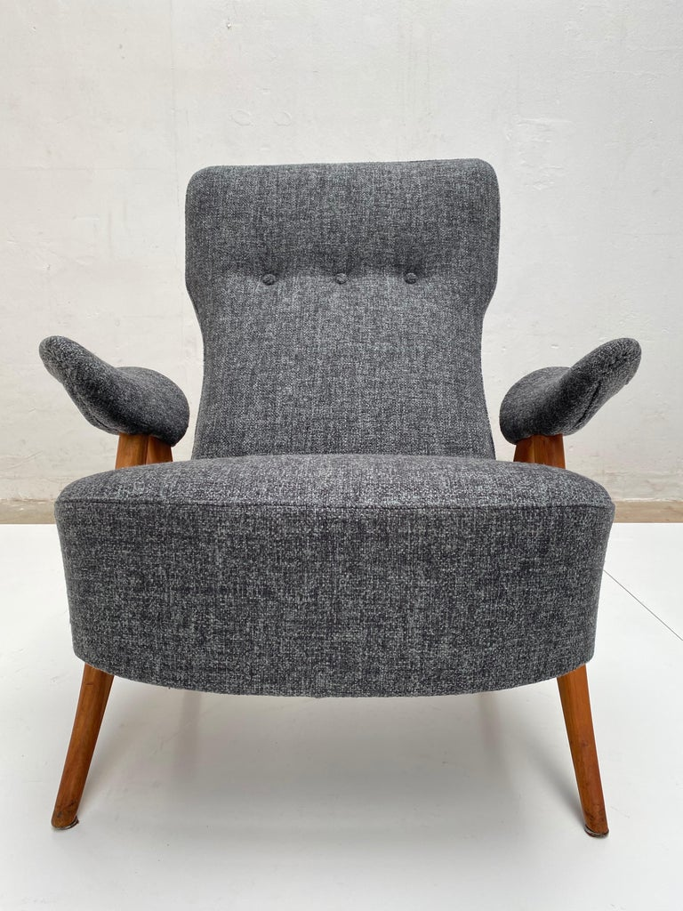 This beautiful lounge chair is model 105 by Dutch designer Theo Ruth for Artifort in 1957  I has been upholstered with a new De Ploeg wool in a grey and green melange fabric according to the traditional way it was done by Artifort in the