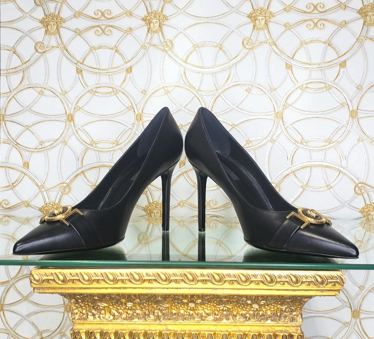 NEW VERSACE BLACK LEATHER PUMP SHOES with GOLD MEDUSA BUCKLE 38.5, 39, 40 In New Condition For Sale In Montgomery, TX