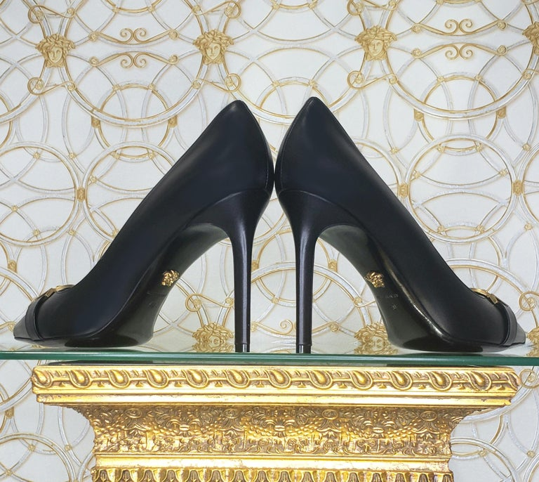 Women's NEW VERSACE BLACK LEATHER PUMP SHOES with GOLD MEDUSA BUCKLE 38.5, 39, 40 For Sale