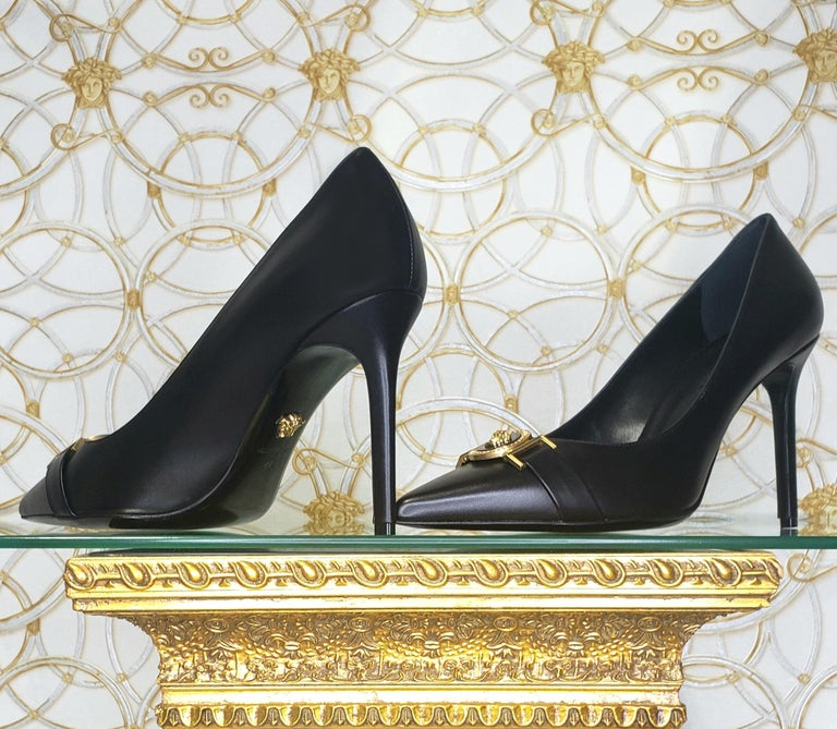 NEW VERSACE BLACK LEATHER PUMP SHOES with GOLD MEDUSA BUCKLE 38.5, 39, 40 For Sale 2