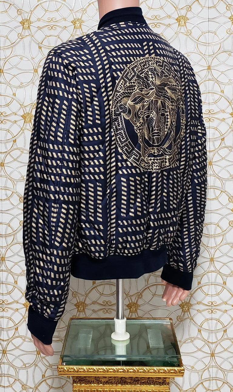 NEW VERSACE BLUE GOLD MEDUSA PRINT QUILTED 100% SILK JACKET for MEN In New Condition For Sale In Montgomery, TX