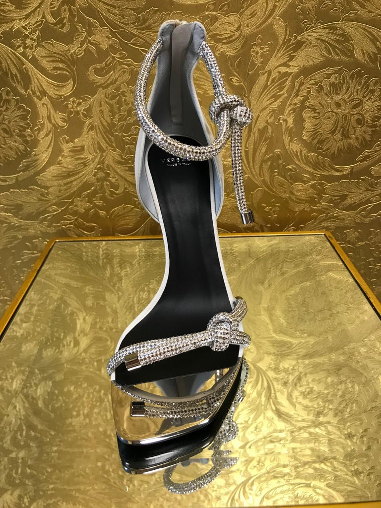 NEW VERSACE CRYSTAL EMBELLISHED WHITE SANDALS from ATELIER RUNWAY SHOW   Size 39 In New Condition For Sale In Montgomery, TX