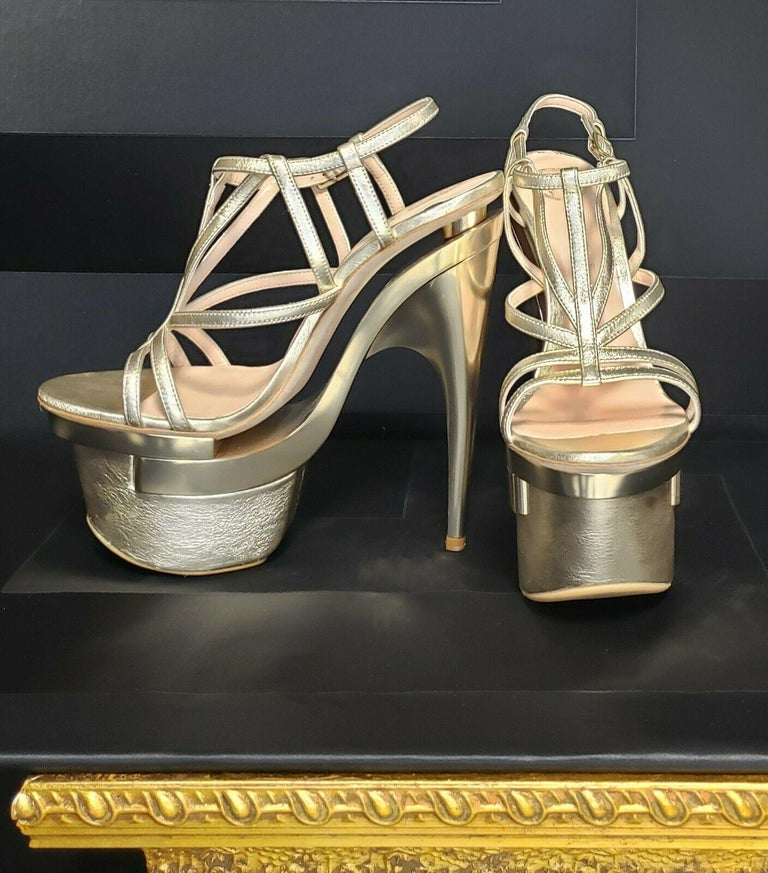 New Versace Metallic leather platform sandals In New Condition For Sale In Montgomery, TX