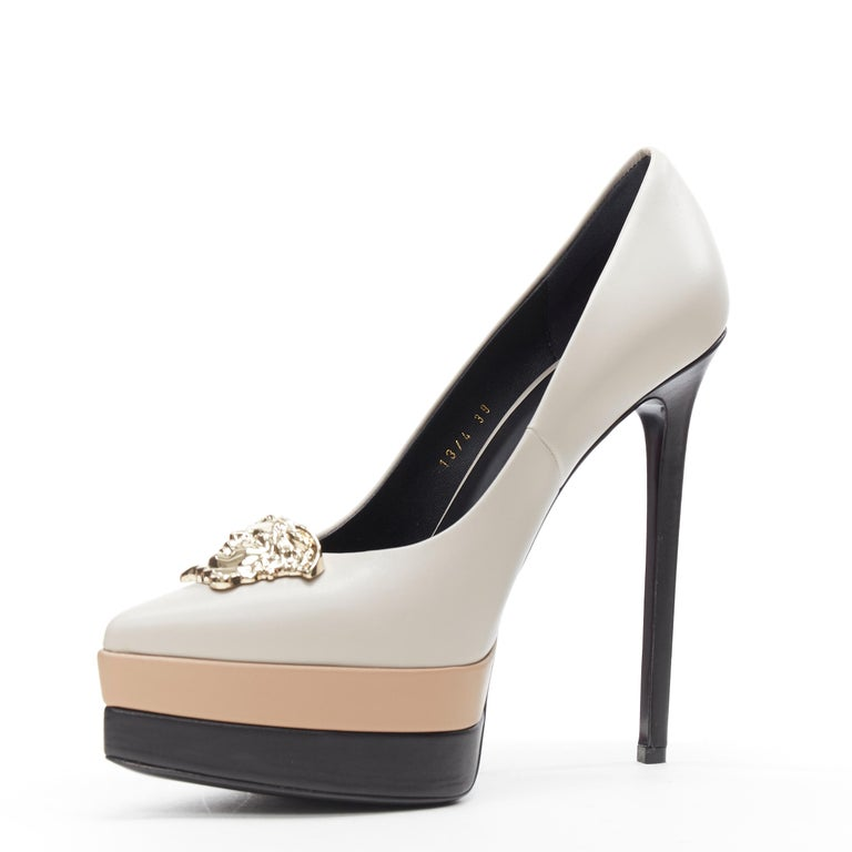 new VERSACE Palazzo Medusa gold grey beige black triple platform point pump EU38 In New Condition For Sale In Hong Kong, NT