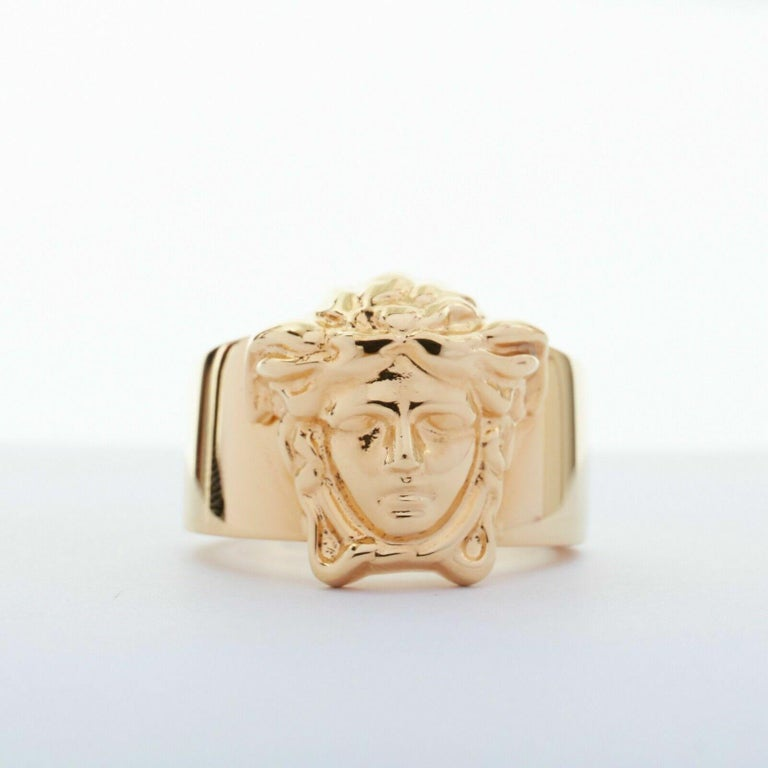 new VERSACE Palazzo Medusa head gold plated signature simple band ring 8 In Good Condition For Sale In Hong Kong, NT