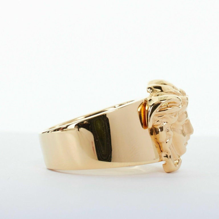 Women's new VERSACE Palazzo Medusa head gold plated signature simple band ring 9 For Sale