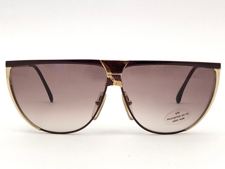 New Laura Biagiotti textured sleek mask frame with brown gradient ( UV protection ) lenses.  Made in Italy.   Produced and design in 1980's.  New, never worn or displayed. This item may show minor sign of wear due to storage.  Front : 14 cms   Lens