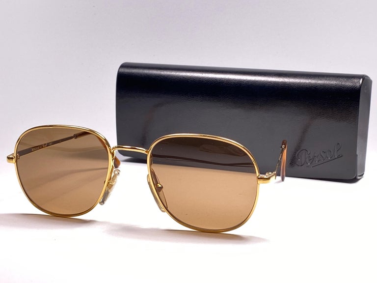 New Vintage Moschino By Persol M17 Gold Mirror Sunglasses Made in Italy In New Condition For Sale In Amsterdam, Noord Holland