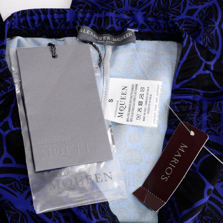 New With Tags Alexander McQueen Blue & Black Abstract Print Leggings For Sale 10